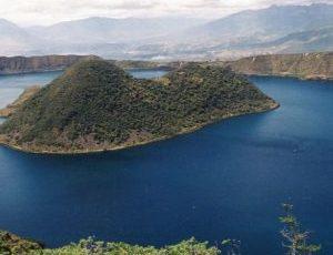 Se puede hacer una caminata hermosa alrededor de la laguna Cuicocha