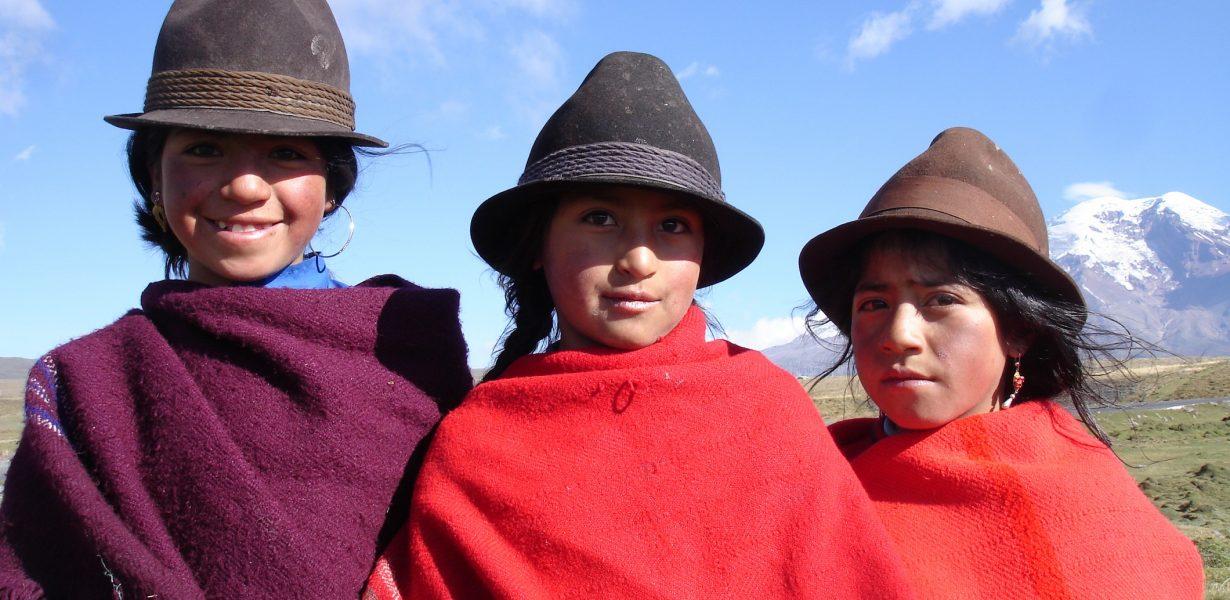 Los indegenos se visten todavia de forma tradicional.