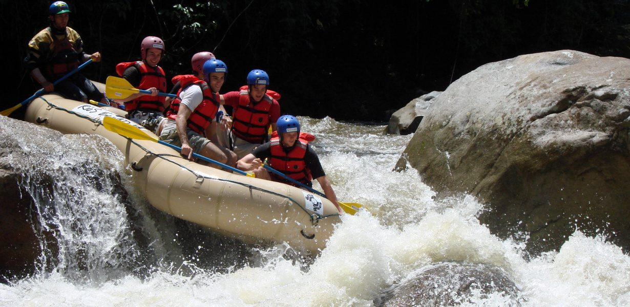 Rafting en un rio en Ecuador es una verdadera aventura.
