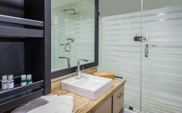 Los baños del catamaran seastar son modernos y amplios.