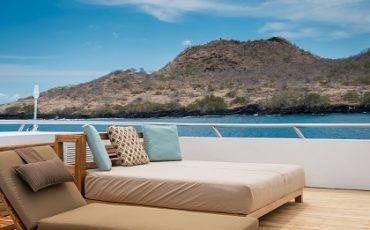 Relaja en la cubierta solar durante su crucero por las islas Galapagos.