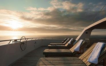 Relaja en la cuberta solar mientra que el catamaran Seaman vle lleva de una isla a otra.