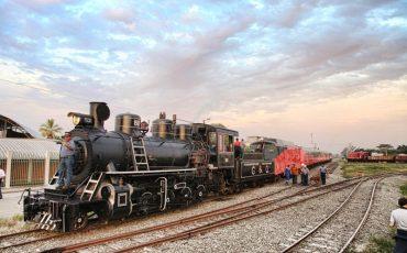 La locomotora del tren crucero tiene una maquinaria impresionante.