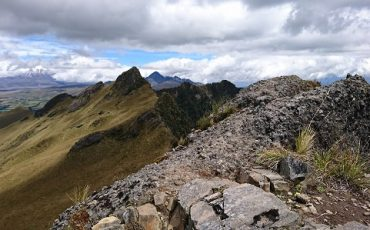 camino rocoso a la cumbre del pasochoa