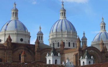 La ciudad Cuenca en los Andes ecuadorianos tiene muchos attractivos, como las cuppolas de la cathadral.