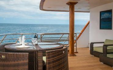Disfruta de vistas maravillosas desde la cubierta superior del catamaran Seastar