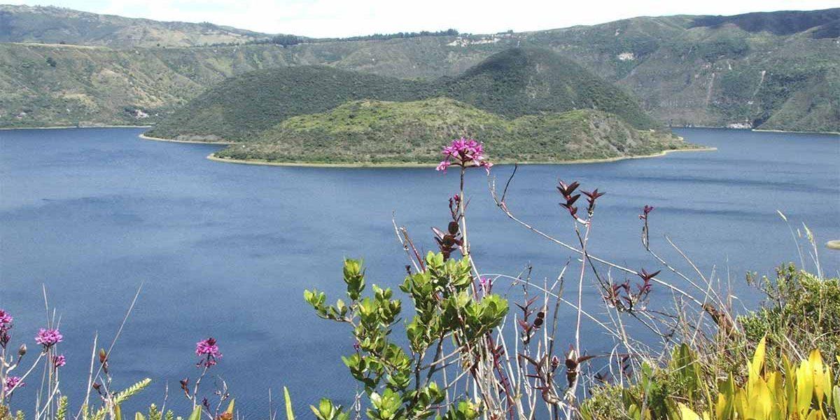 la laguna cuicocha es un lago misterioso cerca de Otavalo