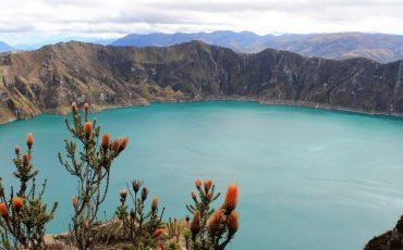 La luz del cielo se refleja en el agua de la laguna Quilotoa.