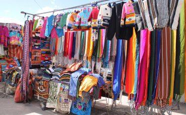 En el mercado de Otavalo puede encontrar bonitos recuerdos de su viaje.