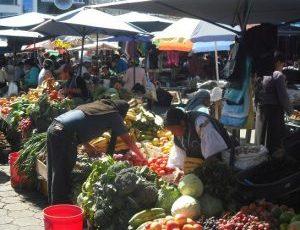 el mercado de Otavalo llama con sus productos coloridos