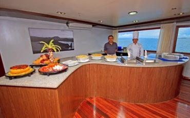 Disfruta de un delicioso buffet en el yate Ocean Spray
