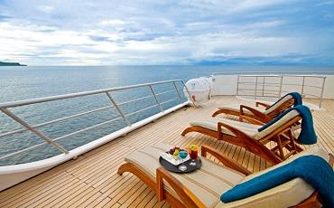 Se puede relajar comodamente en la cubierta solar del Ocean Spray.