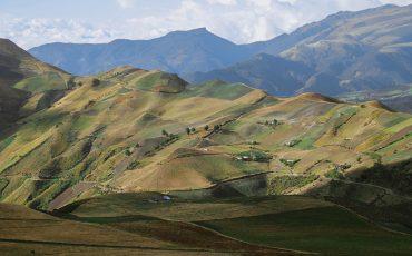 Conozca el paisaje andino durante el Quilotoa loop trekking.