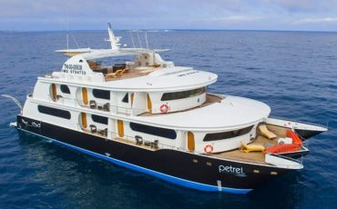 Petrel es un catamaran de lujo en las islas Galapagos