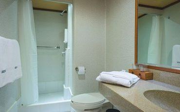Los baños de las cabinas del catamaran Seaman son amplios y lujosos.