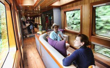 El interior de los vagones del tren crucero es comodo y lujoso.