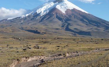 Pase por volcanes con las cumbres cubiertos de nieve durante el condor trek.