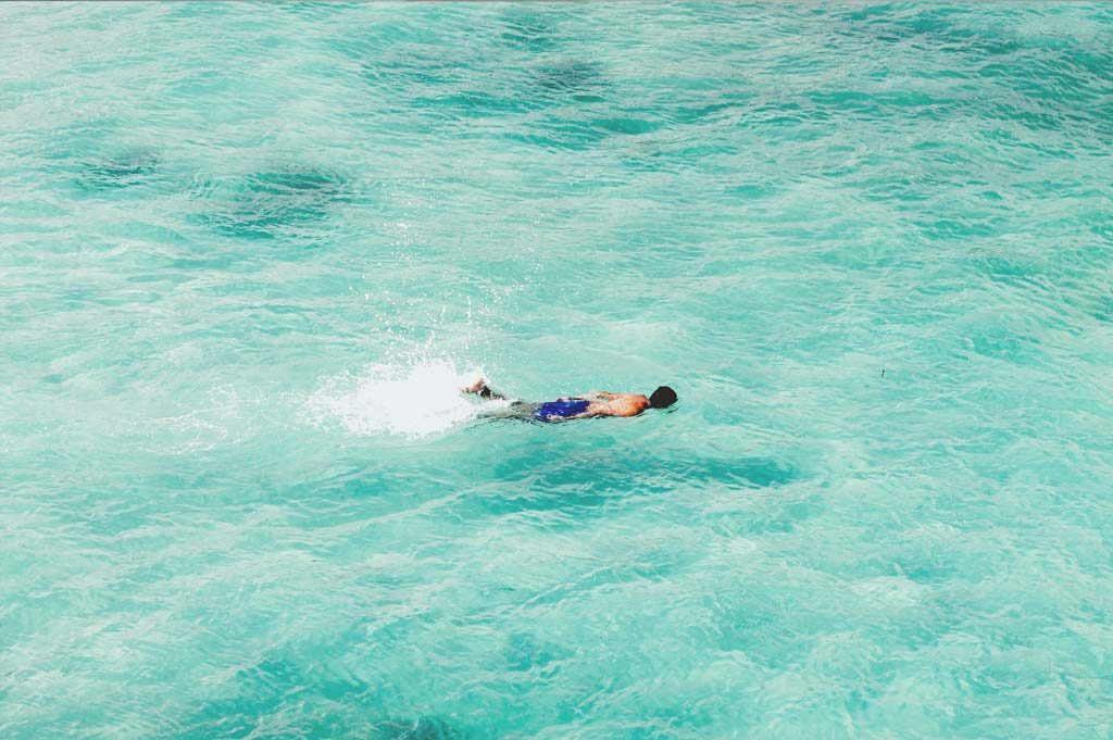 galapagos-islands-man-swimming-ecuador
