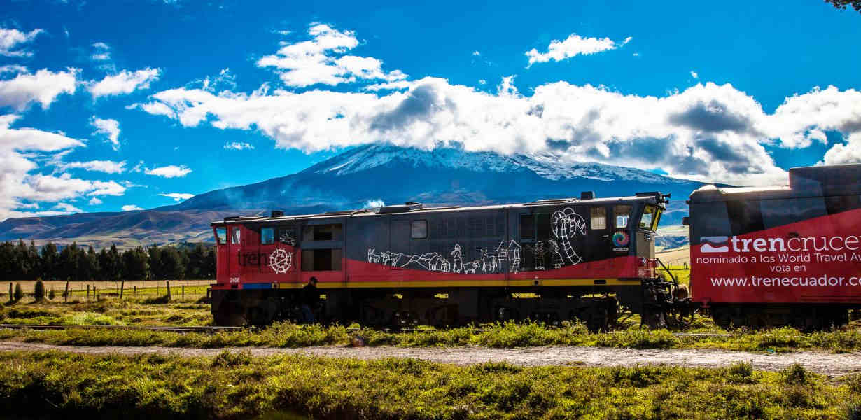 Crossing Ecuador with a train is an amzing experience.